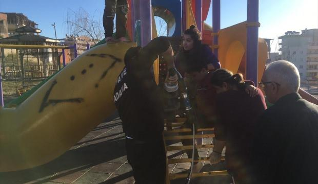 Bacağı demir basamaklar arasında sıkışan çocuk kurtarıldı