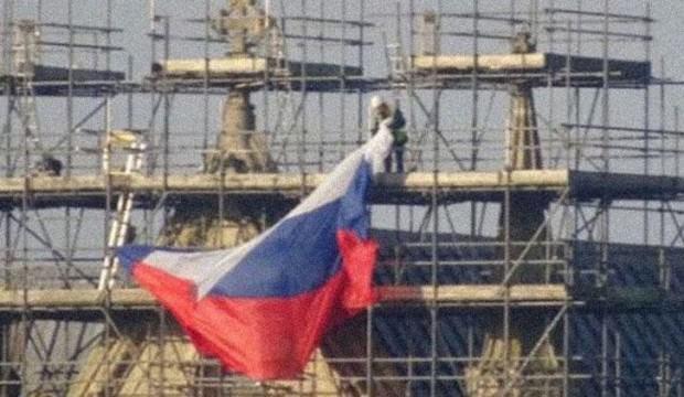 Rus bayrağını göndere çektiler! Yeni kriz kapıda
