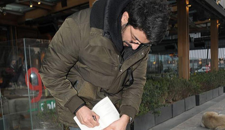 Engin Akyürek ayaküstü kitap imzaladı