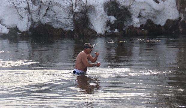 Ovacık için Munzur Çayı'nın soğuk suyunda yüzdüler