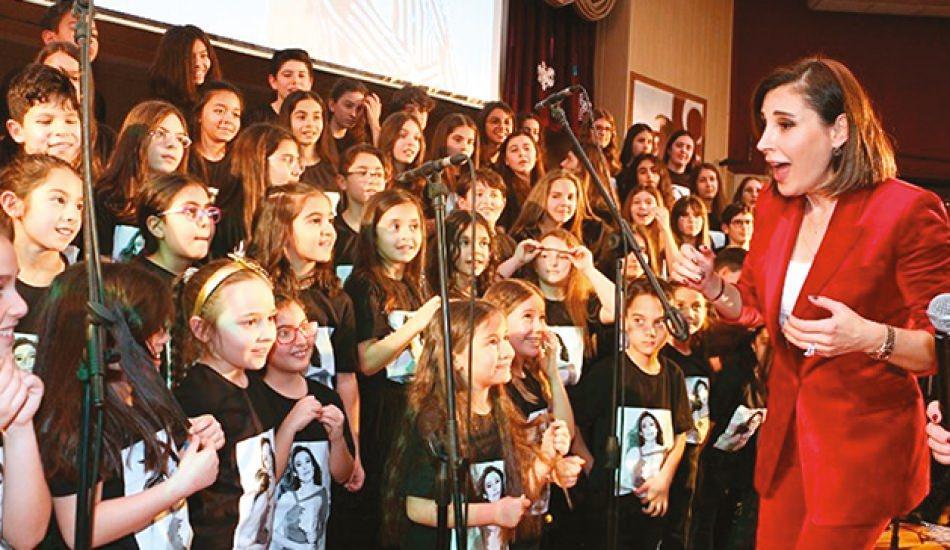 Öğrencilerden Funda Arar şarkıları!
