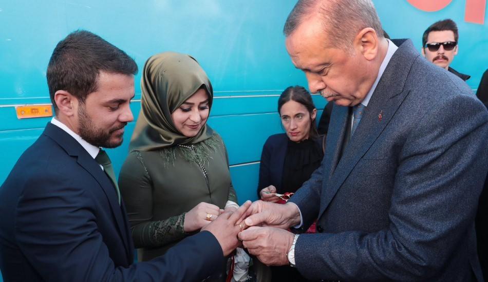 Başkan Erdoğan Şırnak'ta genç çiftin nişan yüzüklerini taktı