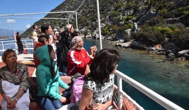 Rus turistler Kekova'ya yazı erken getirdi