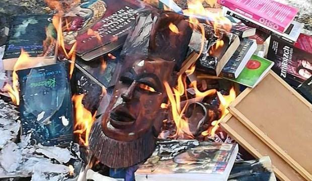 Katolik rahipler 'törenle' kitap yaktılar!