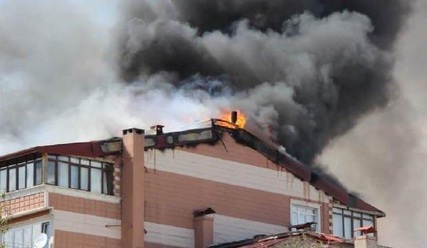 Apartmanın çatısında çıkan yangın 3 binaya daha sıçradı