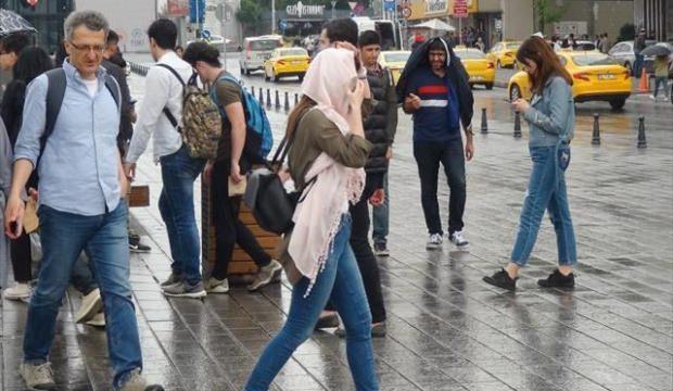 Taksim'de vatandaşlar yağmura hazırlıksız yakalandı