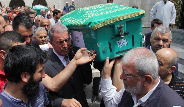 Bakan Akar, Kayseri'de yaptırdığı camide cuma namazı kıldı