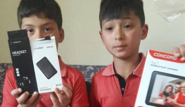 Teravih namazına eksiksiz gelen 10 çocuğa tablet hediye