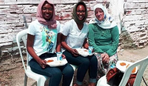 Afrikalı kardeşler, köyün hayır yemeğine katıldı