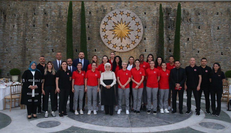 Emine Erdoğan A Milli Kadın Basketbol takımı ile bir arada!