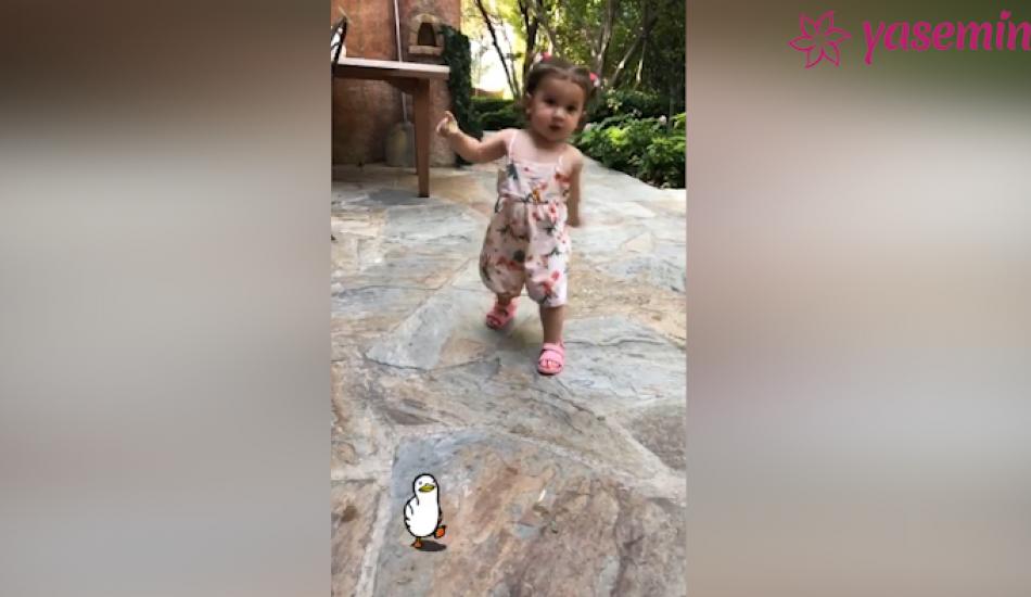 Buse Terim küçük kızı Naz'ın ilk adımlarını paylaştı!