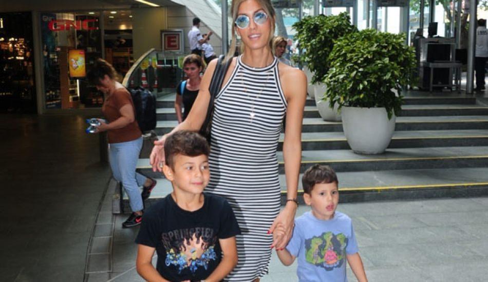 Çağla Şıkel oğullarıyla beraber tatilde!