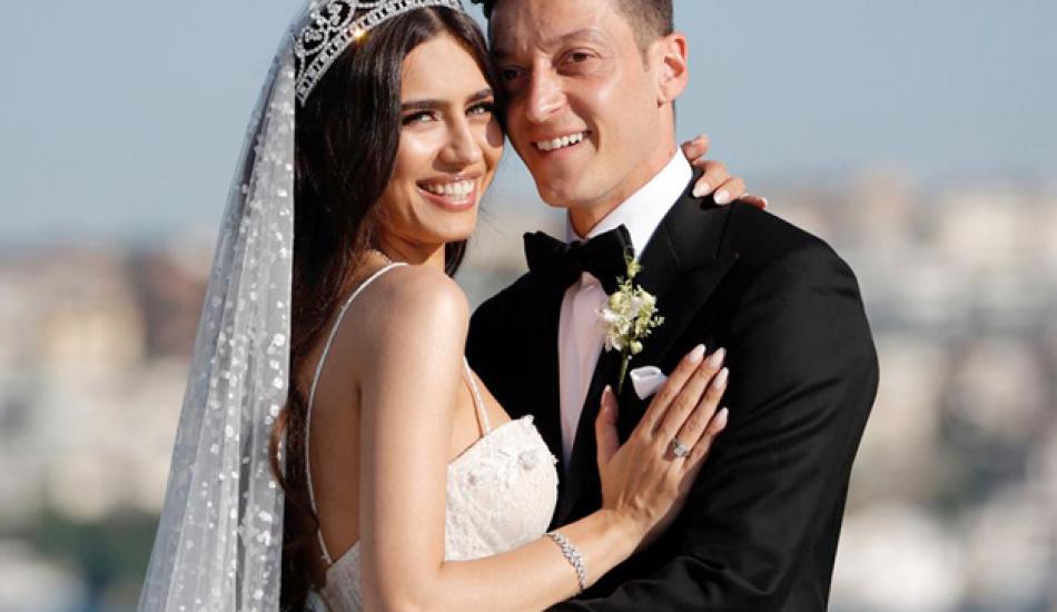 Mesut Özil ile Amine Gülşe balayında misafir ağırlıyor!