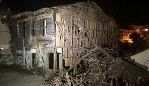 Şile'de iki katlı ahşap bina çöktü