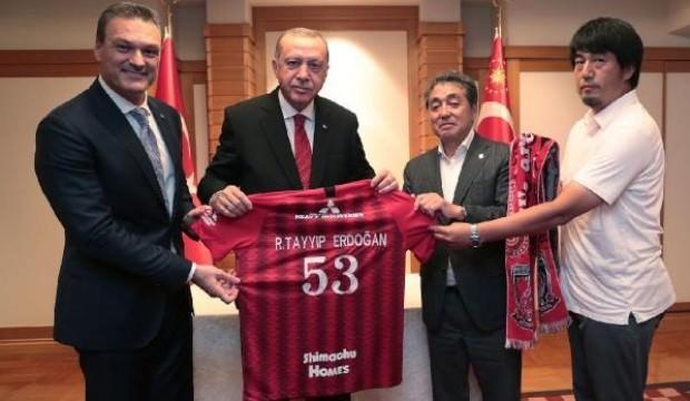 Japonya'da Erdoğan'a forma hediye edildi