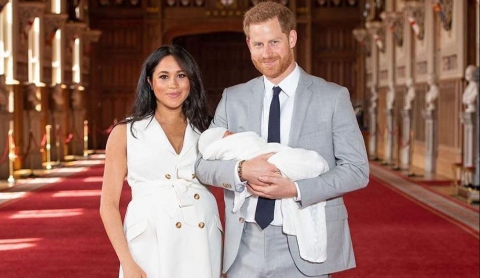 Sussex Düşesi Meghan ve Prens Harry'nin oğlu kameralar karşısında