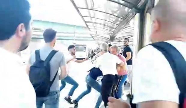 Metrobüs durağında kavga: Uyardı diye dövdüler