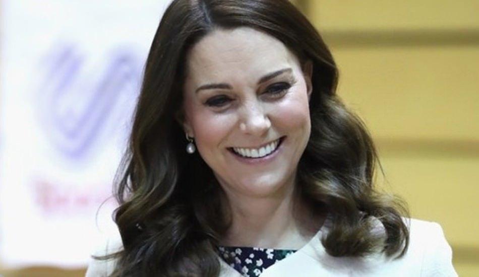 Kate Middleton kızı Princess Charlotte el sallamak yerine dil çıkardı!