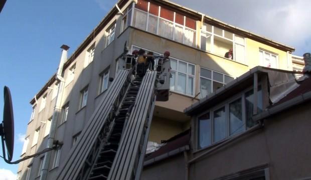 Oğluyla kavga ederken çatıya düştü