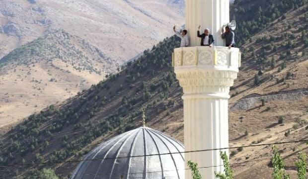 Caminin minaresi ve tepelere çıkarak görüşme yapıyorlar