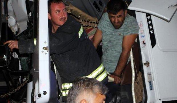 TIR'da sıkışan sürücü, kepçeyle kurtarıldı