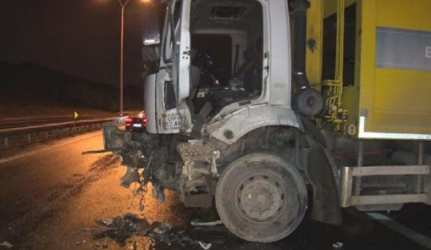 Yolcu otobüsü, çöp kamyonuna çarptı: 3 yaralı