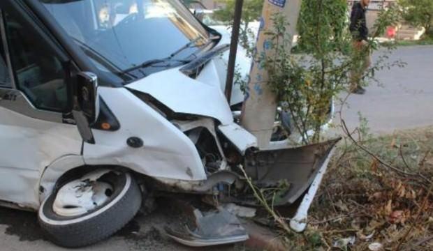 Öğrenci servisi ile hafif ticari araç çarpıştı: 10 yaralı