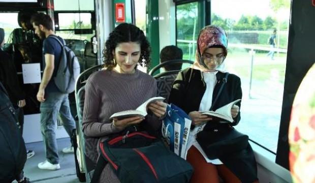 Tramvaydaki yolculara kitap hediyesi