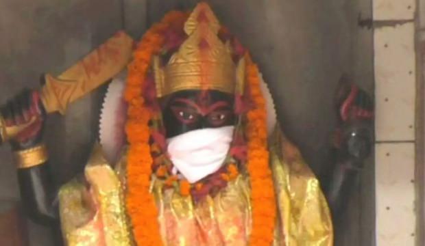Hindistan'da gündem oldu: Tanrı heykellerine maske taktılar!