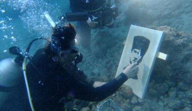 Su altında Atatürk Portresi yaptılar
