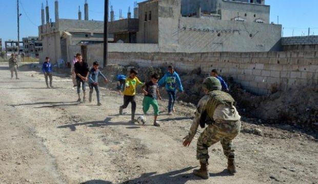 Mehmetçik, Rasulayn'da çocuklarla futbol oynadı
