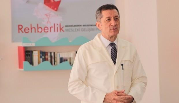 Bakanı Selçuk, önlüğünü giydi, öğretmenlere ders verdi