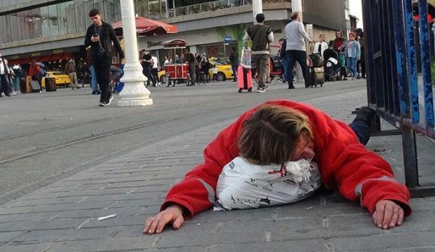 Taksim'de yerde yatan kadın alkollü çıktı!