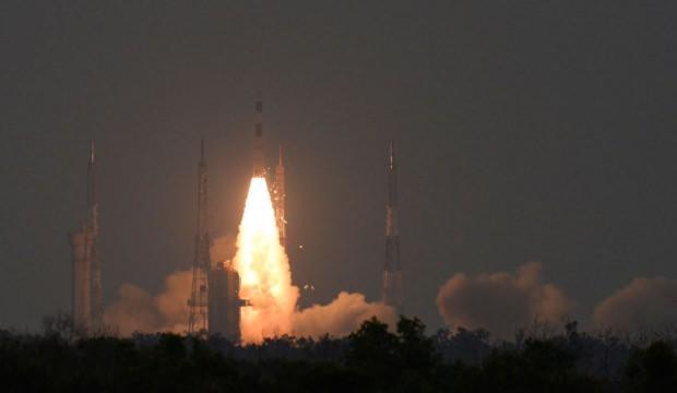 Hindistan uzaya yeni bir uydu fırlattı!