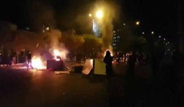 Irak'ın Zikar kentinde valilik binası ateşe verildi