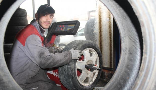 Oto lastikçilerde kış lastiği mesaisi sürüyor