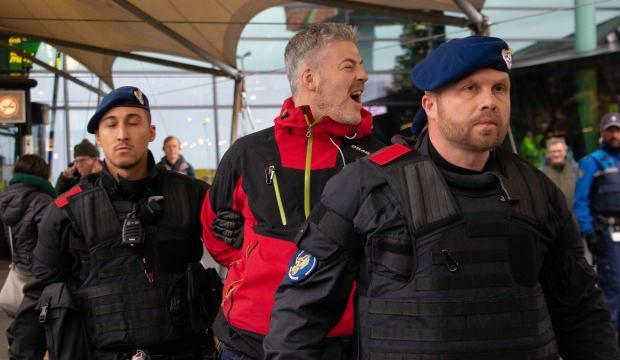İklim eylemcisi bir grup havaalanını işgal etti!