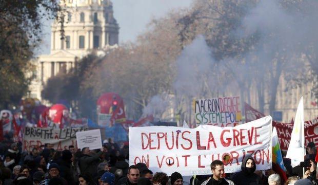Macron'un başı belada: Gösterilere 399 bin kişi katıldı!