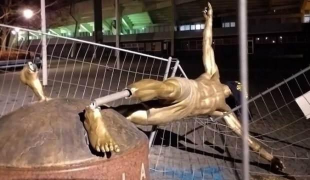 Ibrahimovic'in heykeli bu kez yerle bir edildi!