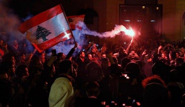 Lübnan'da sokaklar karıştı! 75 yaralı...