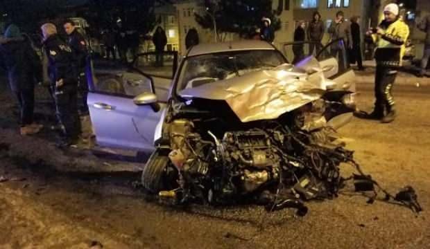 Korkunç kaza! Virajda savrulan otomobil, karşı şeritteki minibüsle çarpıştı