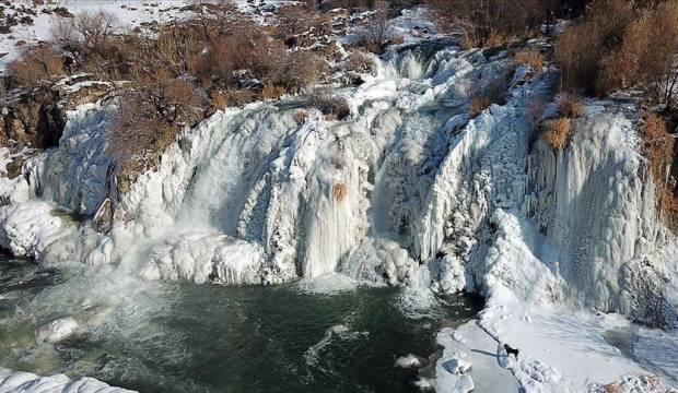 Doğa harikası Muradiye Şelalesi donmuş haliyle büyülüyor