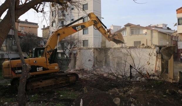 Kartal'da 2 katlı metruk bina yıkıldı
