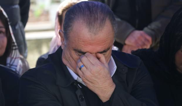 Babasının kabrini ziyaret eden Fatih Terim gözyaşlarını tutamadı