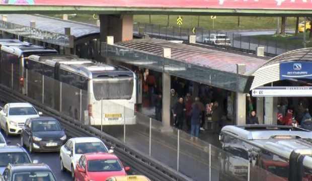 Durakta bekleyen yolcuya metrobüs çarptı