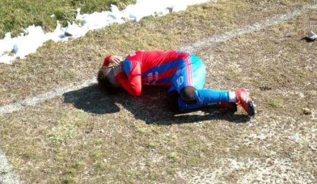 Stadyum dışından atılan taş, futbolcuyu yaraladı