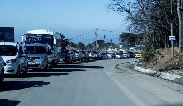 Uludağ'a araç kuyruğu şehir merkezine kadar uzadı