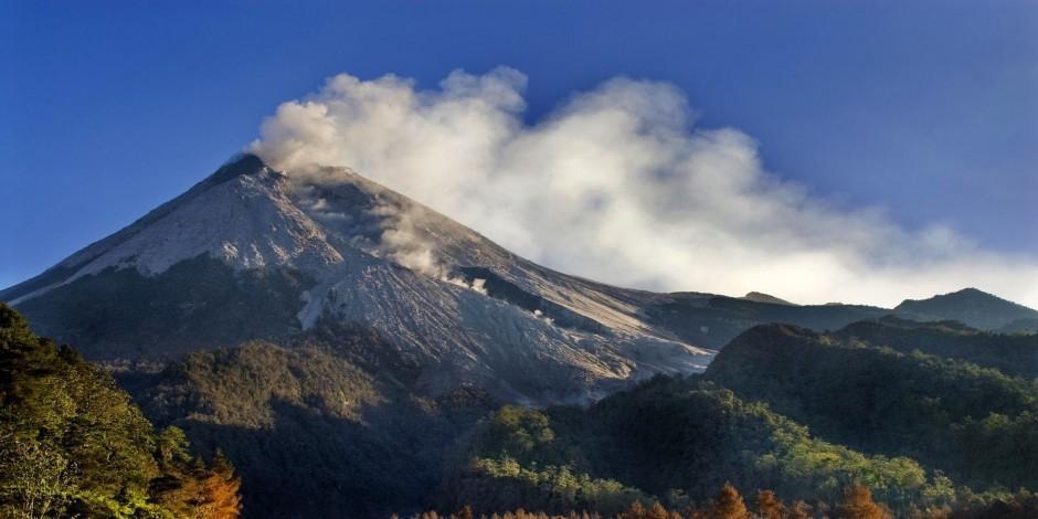 Endonezya'nın en aktif volkanik dağı Merapi Yanardağ