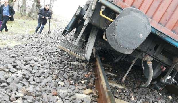 Maden taşıyan yük treni raydan çıktı