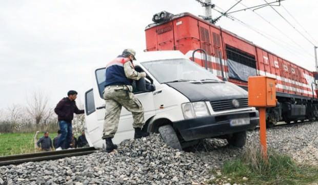 Yük treni kamyonete çarptı: 1 ölü